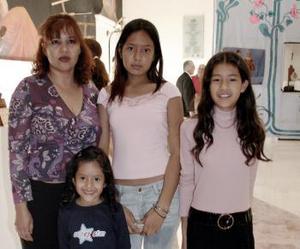 Norma Cortinas y sus hijas Karla, Norma y Diana.