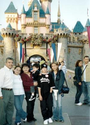 Familias Albarrán Sánchez y Albarrán Gurrola, en su más reciente viaje a Disneylandia.