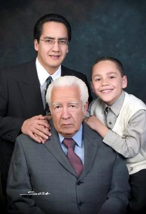 Sr. Antonio Santillán Ríos e Ing. Antonio Santillán Narváez y niño Antonio Santillán Meraz forman parte de tres generaciones de estimable familia lagunera.