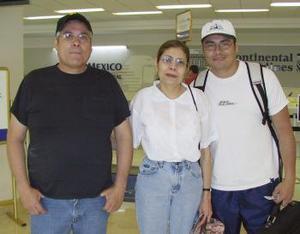 <b>18 de abril</b><p> Juan José González, Luisa González y Juan José Junio viajaron a Chicago.