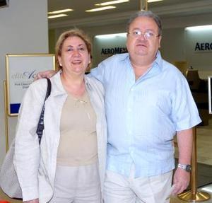 <b>21 de abril</b><p> Fernando Manuel González y Rita Isabel de González viajaron a Huatulco
