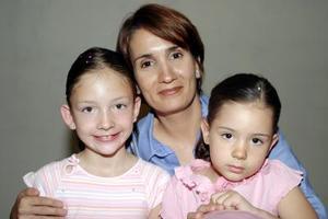 Ana García con los pequeños Mariangel y María José Díaz Cevallos.