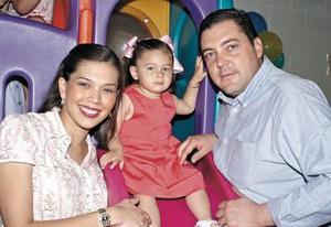 <b>19 de abril </b> <p> Sofía Gutérrez junto a sus papás, la Sra. Lorena y Fernando, en la fiesta que le organizaron a su hija.