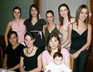 Lore Chávez con un grupo de amigos, que la acompañaron en su primera fiesta prenatal.