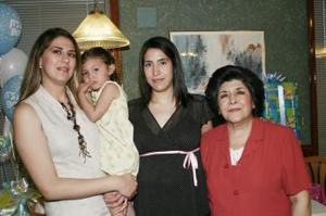 La futura mamá con las organizadoras de la reunión, Martha Beatriz de la Peña de Chávez  y Martha Beatriz Chávez de Montellano.