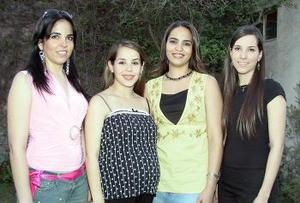 Claudia Robles de Garza, acompañada de algunas de las invitadas a sus fiesta de canastilla.