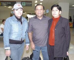 <b>22 de abril</b><p> Enrique Huizar viajó a Veracruz y fue despedido por Yolanda Rayos y Emile Huizar.