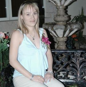 Flor Hernández de Chávez espera el nacimiento de us primer bebé para mediados de mayo.