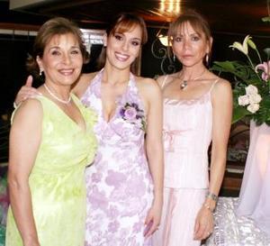 W-La futura novia, Itzel Alonso Prieto con su mamá, la Sra. Mercedes Prieto de Alonso y su suegra, Carmen Ortega de Ganem.jpg
