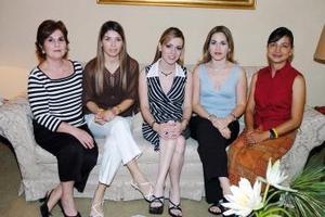Odila Vargas Villarreal acompañada de Eva Aranda, Mónica Aranda, María Eugenia Calvillo de Aranda y Evita  de Aranda, quienes le organizaron una despedida de soltera .