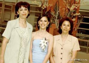 La futura novia, Gabriela Aguirre con Susana Aguirre de López, su madre y la Sra. San Juana Esparza  de Cerna.
