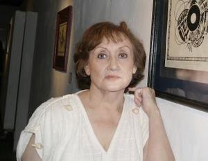 Gloria Banda con su obra.