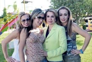 <b>19 de abril</b><p> Señora Gabriela Martínez de Deccarett, con  sus shijas Marlene, Fallon y Gaby.