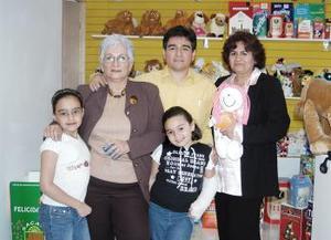 <b>21 de abril</b><p> Gloria de Sandoval, Miriam Sondoval de Mendoza, Miriam y María Fernanda Mendoza y Sergio Sandoval.