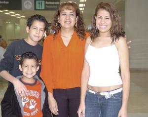 S-Lourdes, Johanna, Alejandro, y Bryan Martínez viajaron a Los Ángeles