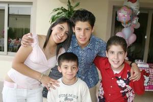La festejada, Krissya Murra Ávalos con sus hermanos Toufik, Yessú y Said.
