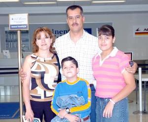 Dulce de Aburto, Georgina Aburto, Jorge y Jorgito Aburto viajaron al DF.