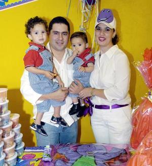 José Emiliano Boone Macías junto a sus papás José Ángel Boone e Isela de Boone y su hermanito José Sebastián el día que celebró su segundo cumpleaños