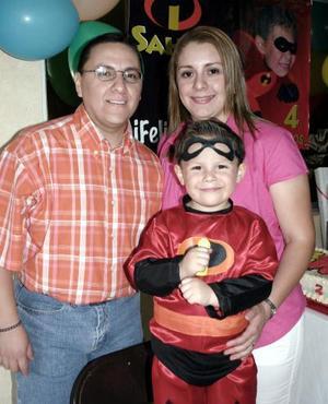 Sahir Ernesto Castro Moreno junto a sus papás, Ernesto Castro  Arratia  y Brenda Moreno Sarmiento, en la fiesta infantil que le organizaron por su cuarto cumpleaños.
