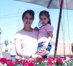 Rocío González de Cornejo con la niña Rocío Cornejo González.