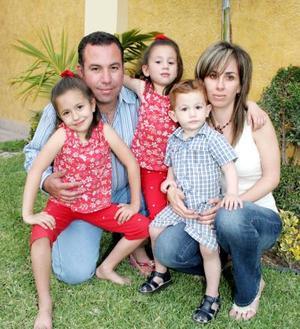 El pequeño Jaime Aguilera López acompañado por sus papás, Jaime Aguilera y Eva López, y por sus hermanas Daniela y Luisa, el día que festejó su segundo cumpleaños