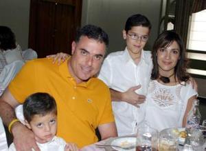 Javier Gómez y Lula Correa de Gómez, con sus hijos Javier y Joaquín.