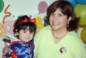 <b>25 de abril </b> <p> Carla Monserrat Solís Sotomayor en compañía de su mamá, el día de su fiesta de cumpleaños.
