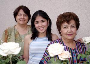 Angélica Caldera Morales acompañada po su mamá, Irma Esther Morales y su abuelita Alfonsina Cruz de Morales.