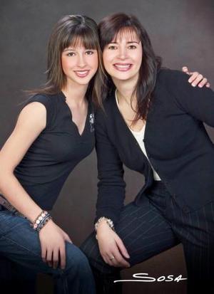Anabel Flores de González y su hija Anabel González Flores, en una foto de estudio.
