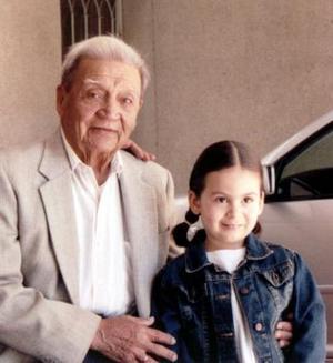 Sr. Jesús Porra de la O, captado junto a su tataranieta Ana Paula Guerra López el día que celebró sus 91 años de vida.