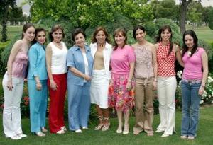 -Acompañada de sus ahijas Elena, Cecilia, María Luisa y Catalina, así como de sus nietas, se encuentra la señora María Elena Lavín Sagüí, quien recientemente fue agasajada con una fiesta