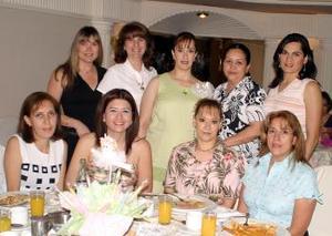 Karem Hernández de Soto con sus amigas en su fiesta de canastilla en días pasados.