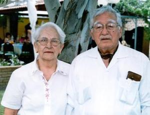 <b>24 de abril</b><p>  Doña Elvira con su esposo Emilio Herrera Muñoz.
