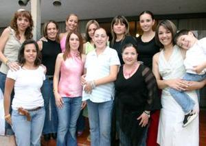 Mayte Reyes de Ávila acompañada de Vanessa, Gina, Ale, Ana Paula, Marcela, Ana Cecilia, Ana Luz, Sandra, María, Adriana,  y Manolo.