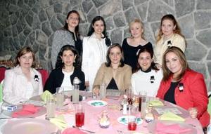 Alejandra Sánchez Moctezuma, acompañada por algunas invitadas a su fiesta de despedida de soltera