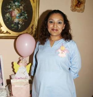 Lily Ramírz Montoya espera el n acimiento de su primer bebé y por ellop recibió numerosas felicitaciones en la primera reunión de canastilla que le ofrecieron.