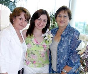 Adriana Hinojosa Dávalos acompañada por Umbelina Govea y Cecilia Cortés quienes le organizaron una despedida de soltera por su próximo matrimonio con Antonio Cortés Govea.