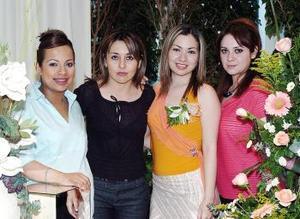 Meyssi Romero Magallanes acompañada opr algunas de las invitadas a la despedida de soltera que le ofreció su mamá Evangelina Magallanes.