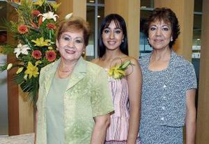 La festejada Jordana Jazmín Morales Martínez acompañadapor las señoras Rebeca Martínez de Morales y Celia Flores sde Galindo