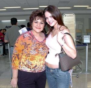 <b>26 de abril</b><p> Marisol González Casas viajó al DF y la despidó su mamá, la Sra. Bertha Casas de González.