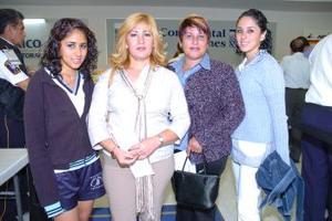 <b>27 de abril</b><p> Dora y Tere Burciaga viajaron a Nebraska y fueron fuerion despedidas por Claudia y Laura García