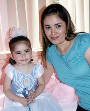 <b>26 de abril </b> <p> Valeria Limones Montañez junto a su mamá, la Sra. Lourdes Montañez.