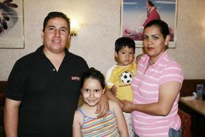 Betty Espinoza de Salazar, en compañía de su esposo e hijos en reciente festejo.