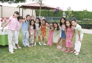 Daniela Gutiérrez Kuri con los invitados a su fiesta de Primera Comunión.