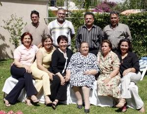 27 de abril  Sra. Carmen Veloz de Cansino festejó sus 85 años de vida, acompañada de sus familiares.