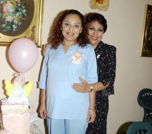 Por el cercano nacimiento de su bebé, le organizaron una fiesta de canastilla a Lily Ramírez Montoya, aquí con su mamá, Chelo Ramírez.