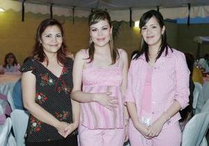 <b>26 de abril </b><p> Elizabeth Aranda de Peniche disfrutó de una fiesta de canastilla que le organizaron sus familiares por el próximo nacimiento de su bebé.