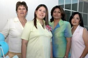 <b>27 de abril </b><p> Jaquie Bravo de Lozano en la fiesta que le organizaron a su mamá Lety, así como Silvia Vélez y Margara Hernández, con motivo del cercano nacimiento de su bebé.