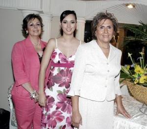 Katia Valenzuela con las Sras. María del Carmen Gurrero de Valenzuela y Leticia Pastrana de Oviedo.