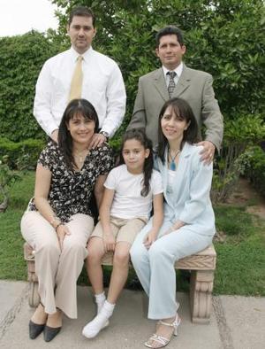 Daniela junto a sus papás Gustavo Gutiérrez y María del Refugio Kuri, así como de Carlos y Carmen Kuri .